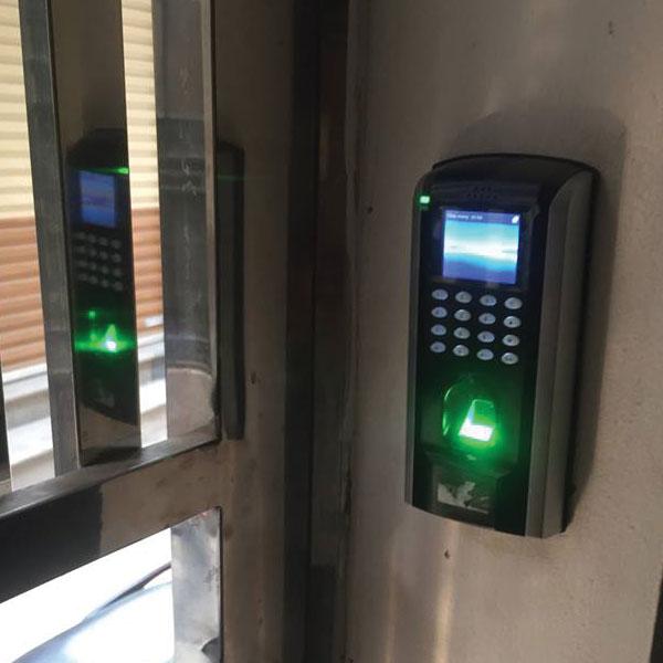 Ảnh Thực Tế sản phẩm chấm công kiểm soát cửa vào ra SF200